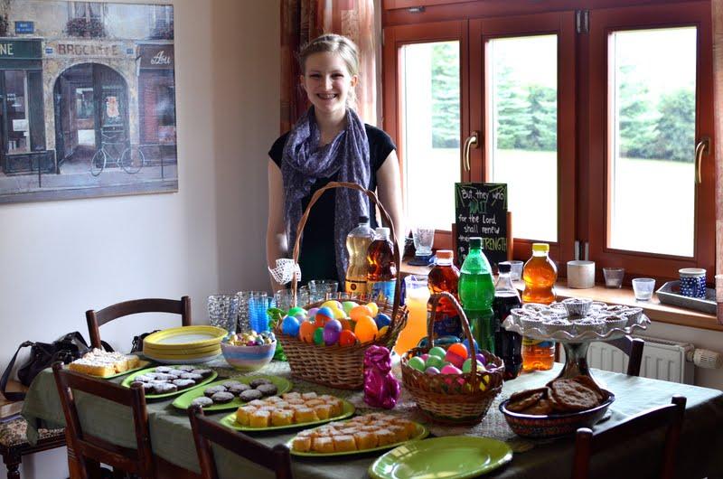 femeie la masa de paste