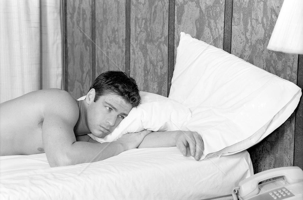 Barbat in pat